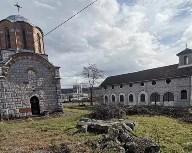Tihi pogrom u Orahovcu koji mora da odjekne: Crkvi Svete nedelje uništili kapiju i portu – crni znak