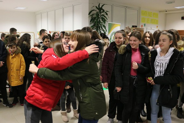 Više od 40 osnovaca sa Kosova i Metohije u poseti Novom Sadu (video)