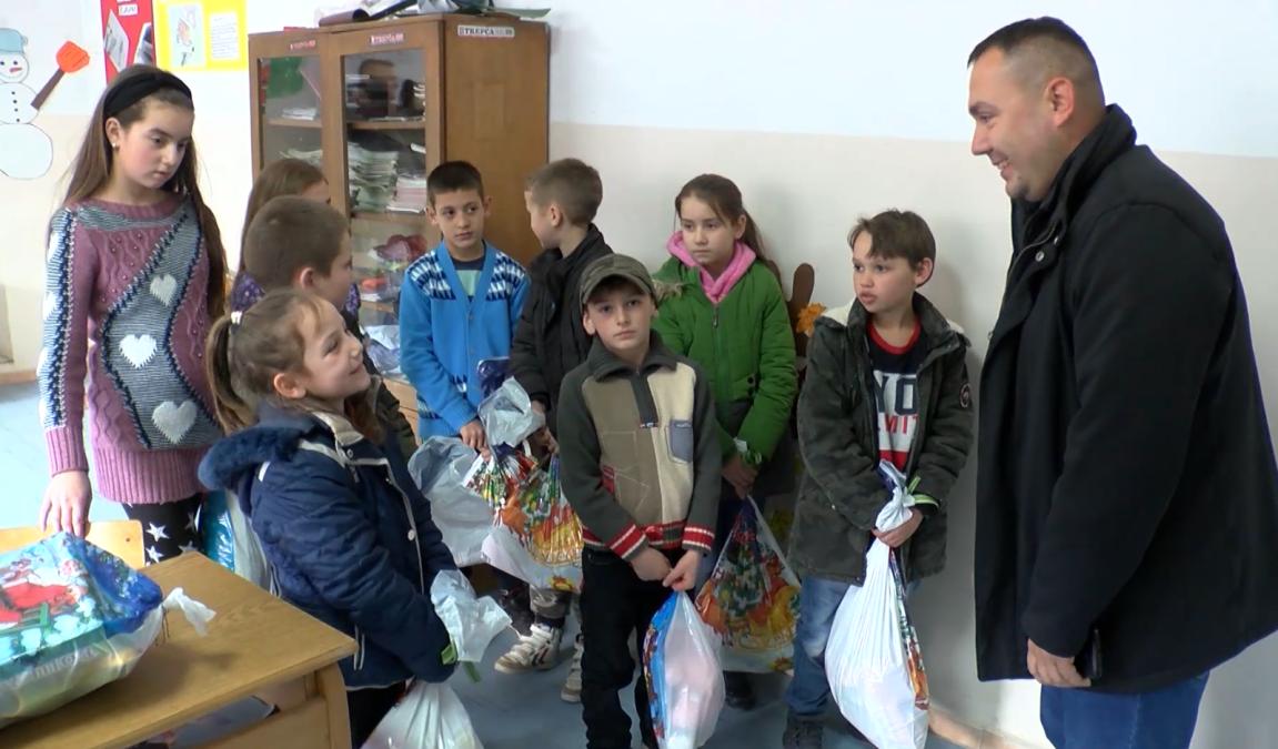 Deca iz Drena, Jabuke i Crepulje dobila novogodišnje paketiće
