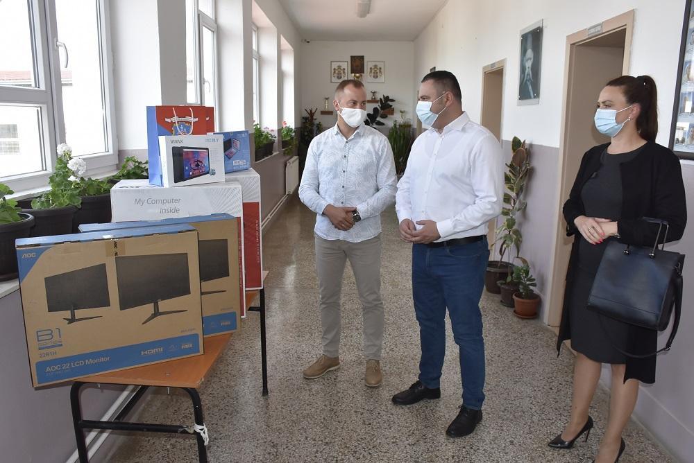 Gračanica: Opština donirala kompjutere, UNMIK tablet uređaje (foto)