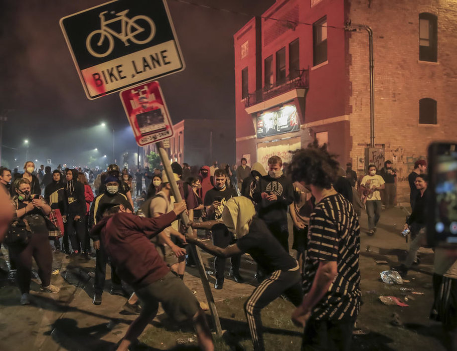 U Mineapolisu vanredno stanje, zapaljena policijska stanica, demonstracije se šire po SAD, uhapšen policajac odgovoran za ubistvo Flojda