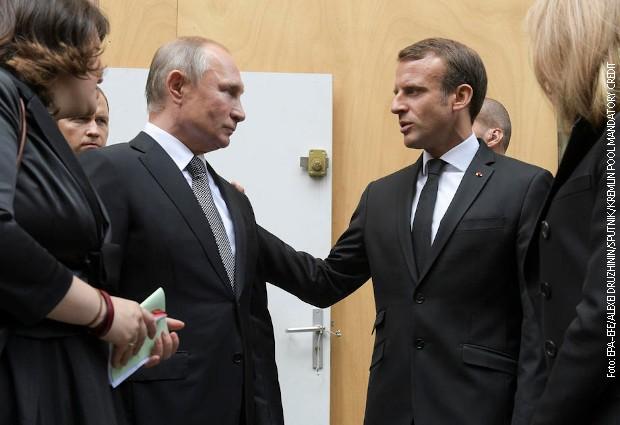 Kratki susret Makrona i Putina u Parizu