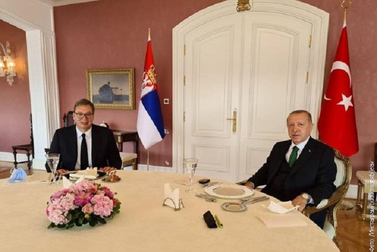 Vučić razgovarao sa Erdoganom o požaru u Turskoj, situaciji na KiM i pozvao ga da poseti Srbiju