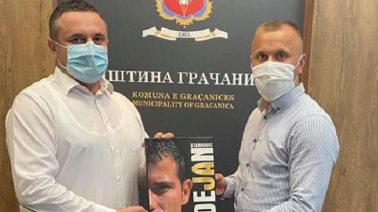 Predsedniku opštine Gračanica uručen poklon od Dejana Stankovića