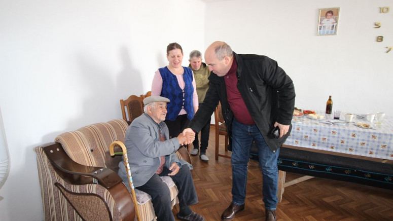 Ivanović u Prekovcu uručio pomoć i obećao obnovu puta