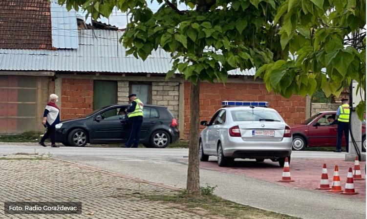 U Goraždevcu počela zamena srpskih registarskih oznaka, policija građane upućuje na prelaz Kula