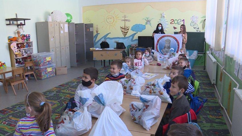 Dodeljeni paketići deci u Pasjanu