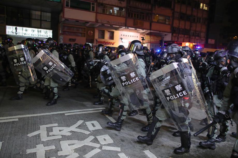 Nasilje na protestima u Hongkongu, 31 povređen, zatvoren metro