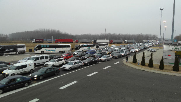 Kolona na Horgošu duga pet kilometara, putnici čekaju pet sati