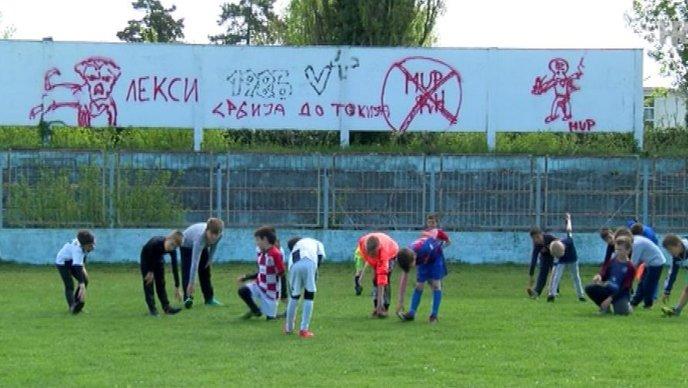 Grafiti koji veličaju Srbiju na stadionu u Vukovaru