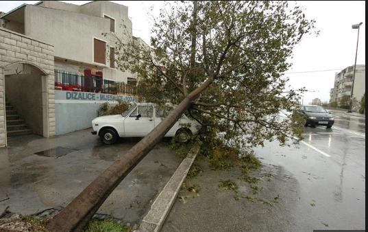 Orkanska bura u Splitu nosila stabla i čupala ograde