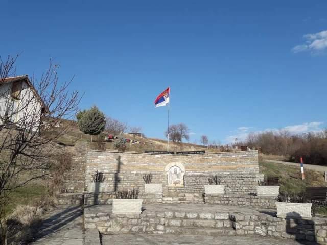Velika Hoča: Vraćen jarbol sa srpskom zastavom na spomenik kidnapovanih i ubijenih Srba