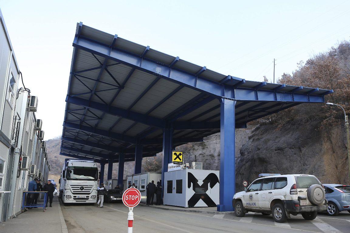 Jarinje: Kamioni iz centralne Srbije zaustavljeni na prelazu