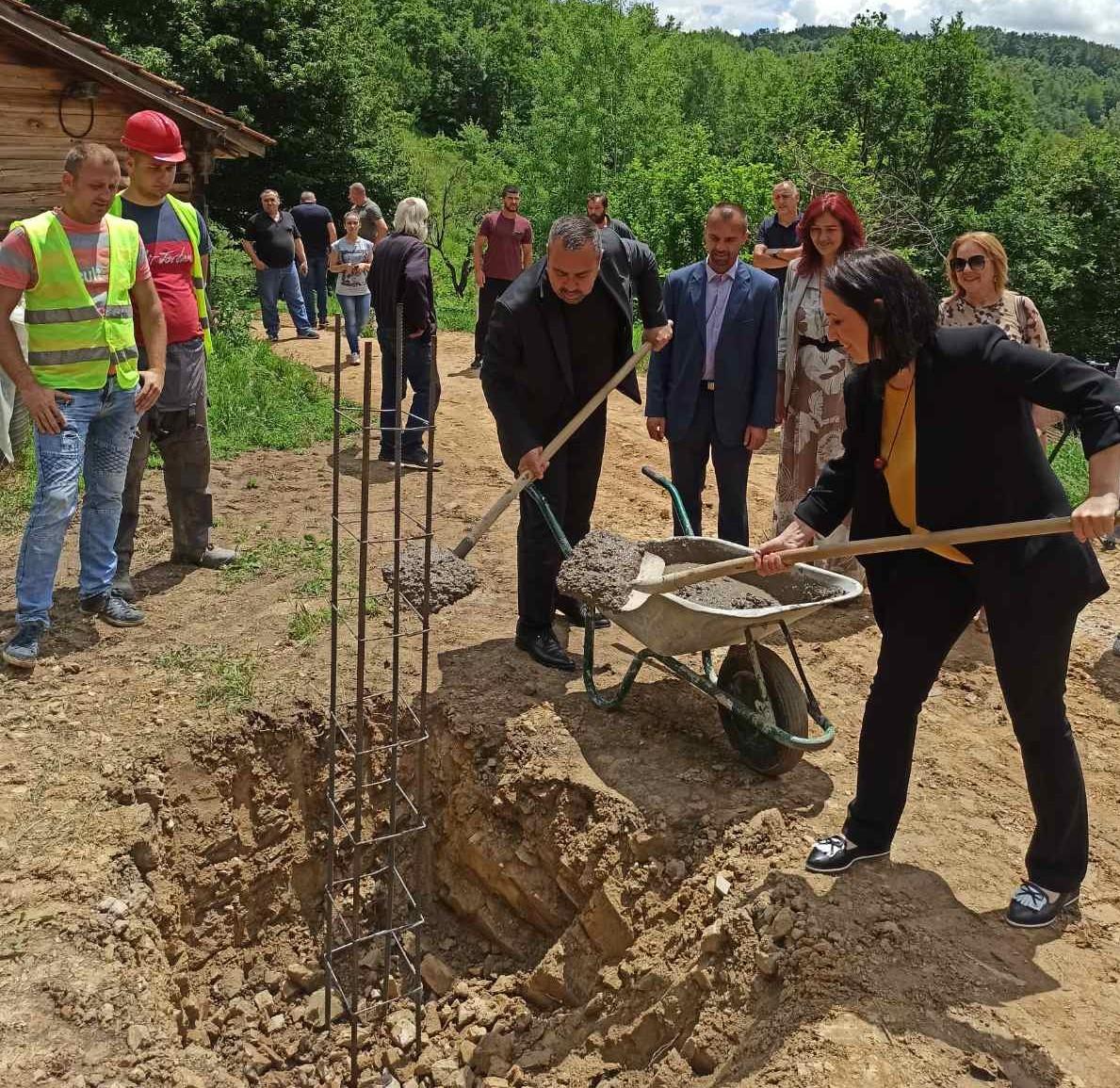 Nikolić i Vulović položili kamen temeljac za kuću porodice Đukić u Gornjem Jasenoviku