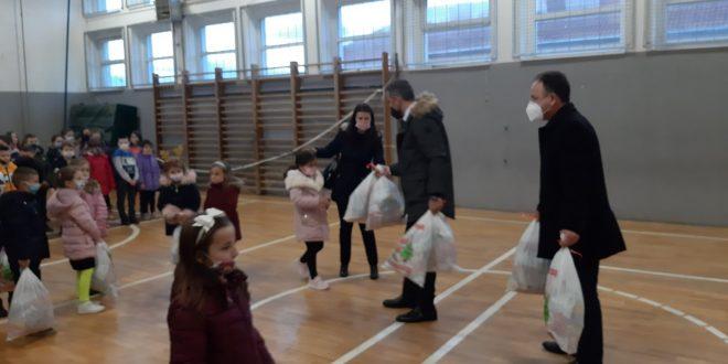 Dušan Jovović uručio paketiće deci u Donjoj Gušterici, Ugljaru i Gračanici