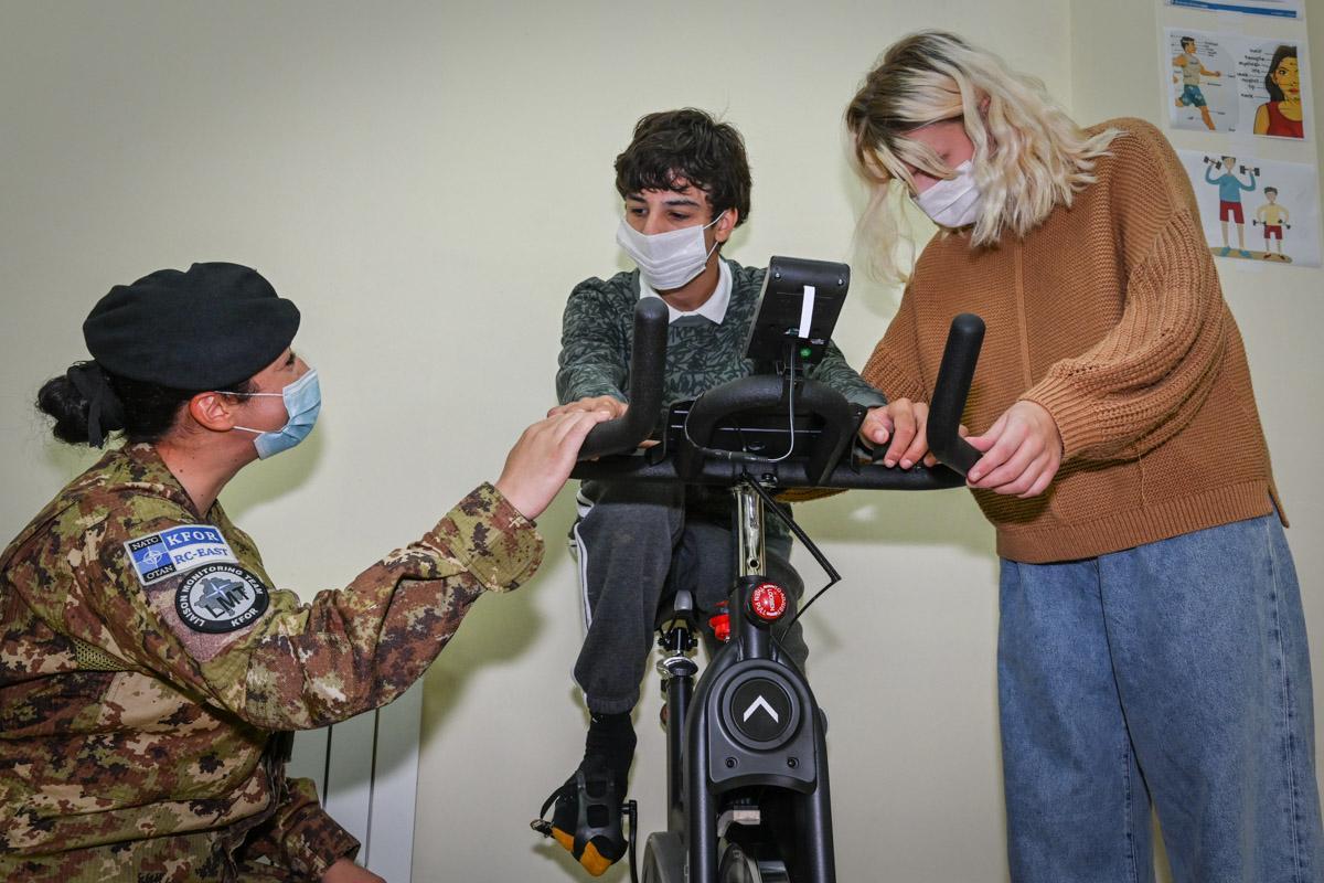 KFOR poklonio opremu za decu pogođenu autizmom (foto)