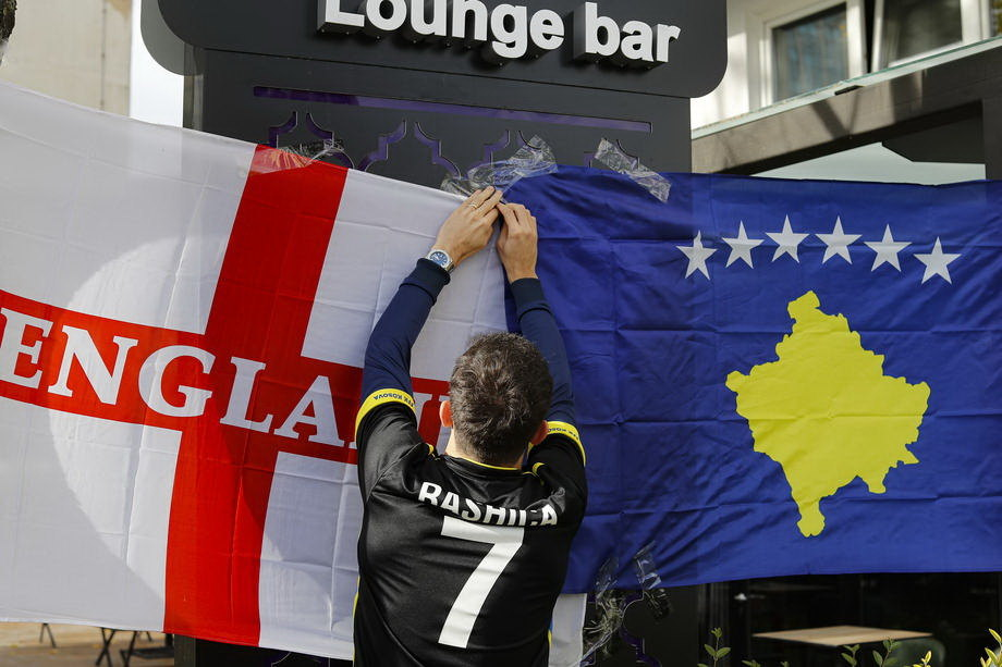 Grupa engleskih navijača pogrdno skandirala protiv Srbije u Prištini