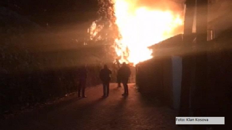 Izgorela bivša fabrika Farmakos u Prizrenu
