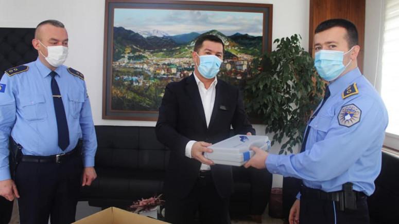 Leposavić: Todić uručio opremu policijskoj stanici