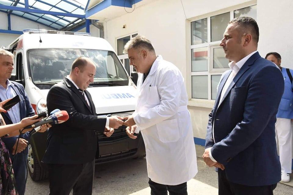 Uručeno sanitetsko vozilo Kliničko bolničkom centru Priština-Gračanica (foto)