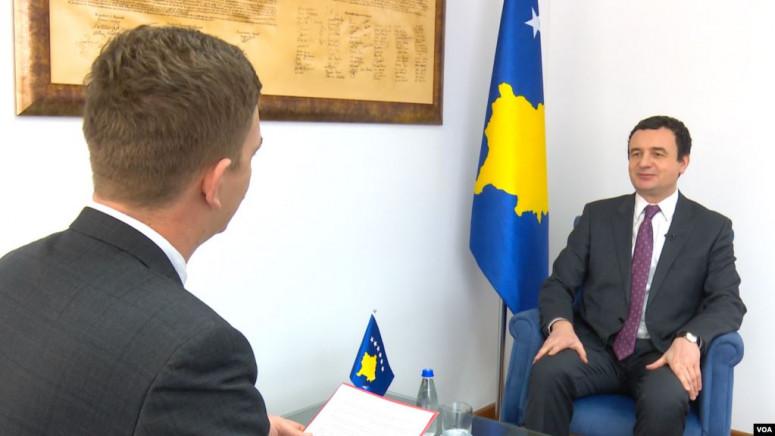 Kurti bez albanske zastave, za Glas Amerike samo sa kosovskim obeležjima