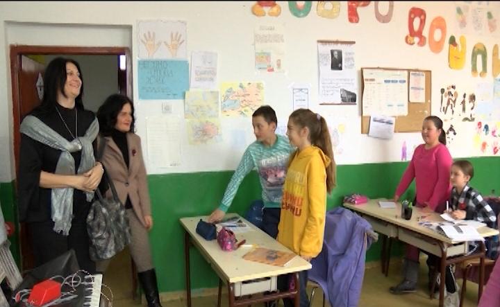 Kancelarija za KiM donirala računare školama u selima Banje i Suvo Grlo