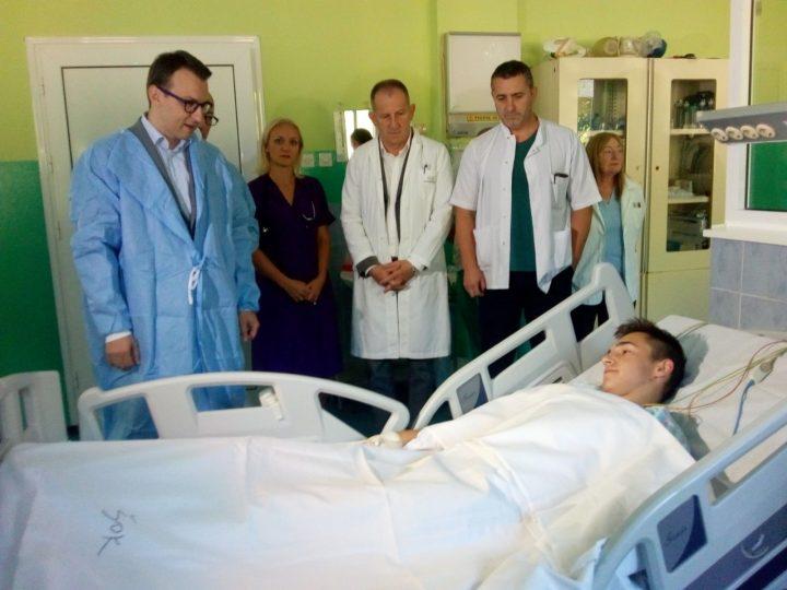 Petar Petković u poseti povređenom mladiću u K.Mitrovici: Srbija će učiniti sve da zaštiti svoj narod