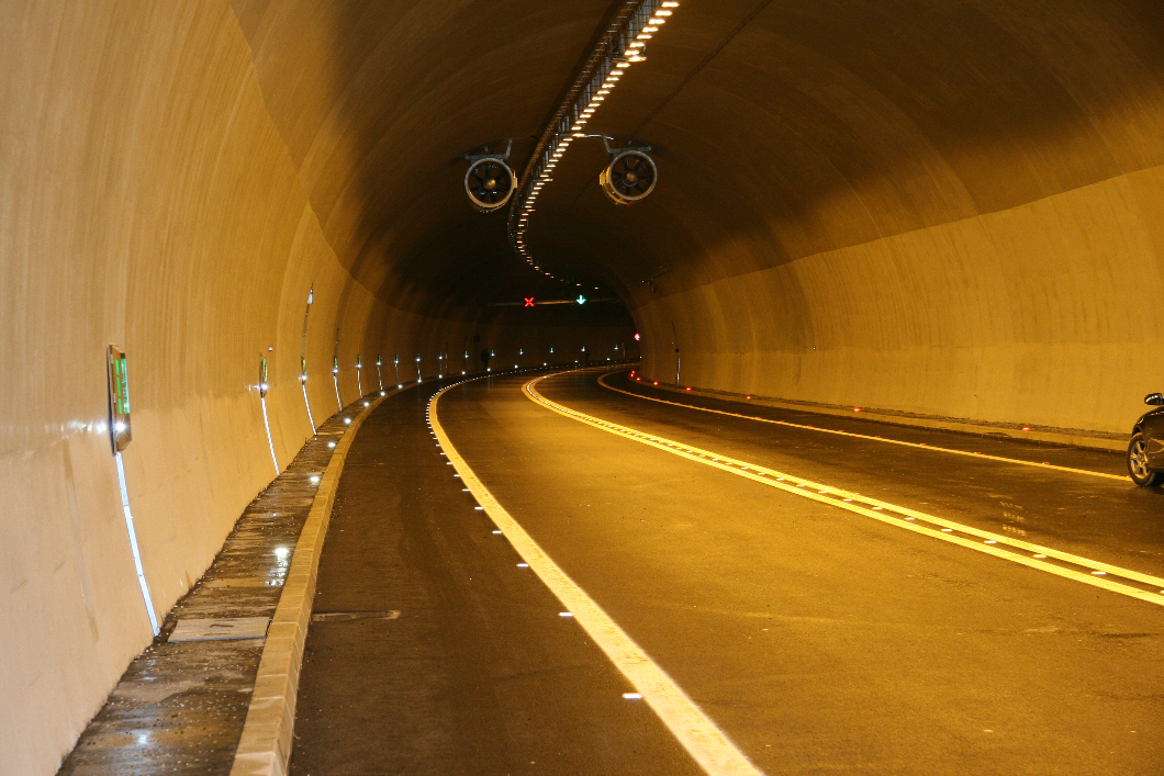 Jedna osoba poginula,šest povređeno u tunelu Straževica