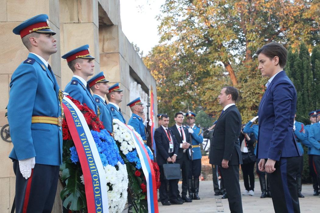 Brnabić i Medvedev položili vence na spomenike oslobodiocima