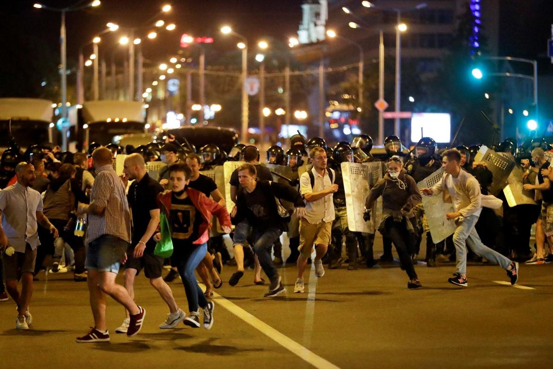 Minsk: Neredi i vodeni topovi posle predsedničkih izbora, jedna osoba poginula