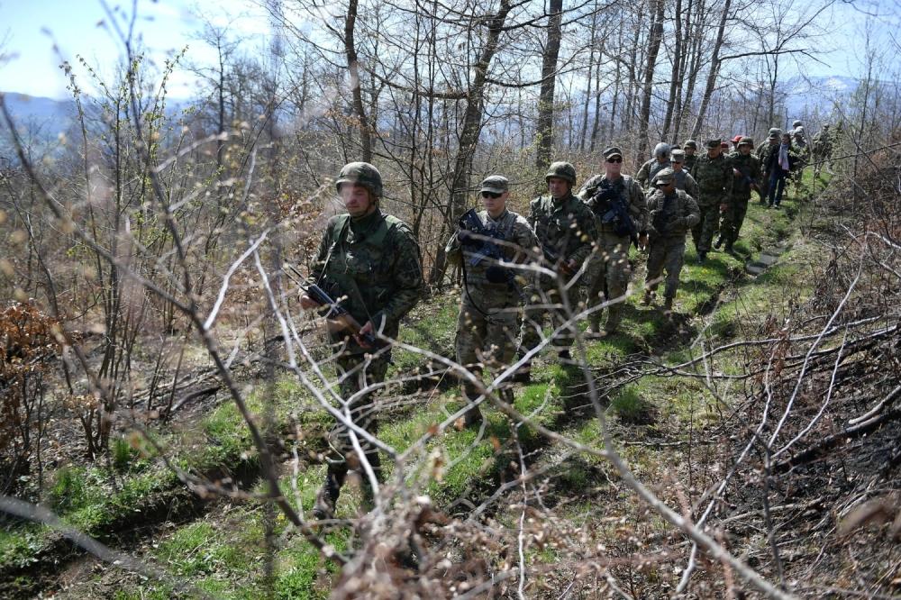 Pripadnici KFOR-a i Vojske Srbije u sinhronizovanoj patroli na administrativnoj liniji u Kamenici