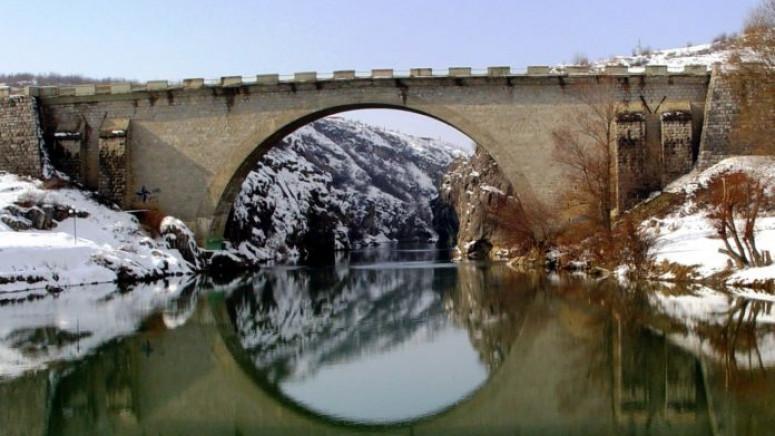 Đakovica: Žena skočila u reku, nabujala voda otežava potragu