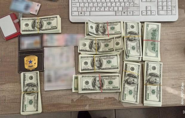 Zaplenjeno skoro 100.000 falsifikovanih američkih dolara, uhapšena jedna osoba