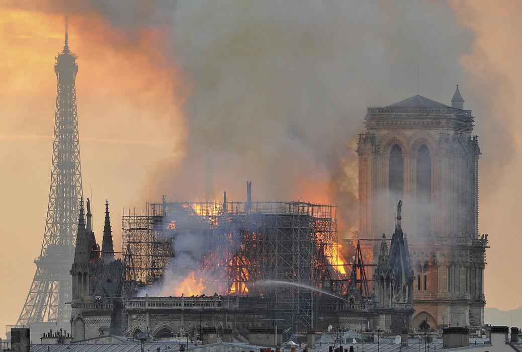 Uzrok požara u Notr Damu, opušak, kratak spoj … ?