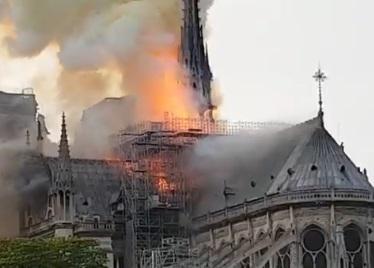 Gori Notr-Dam, vatra progutala zvonik katedrale (video)
