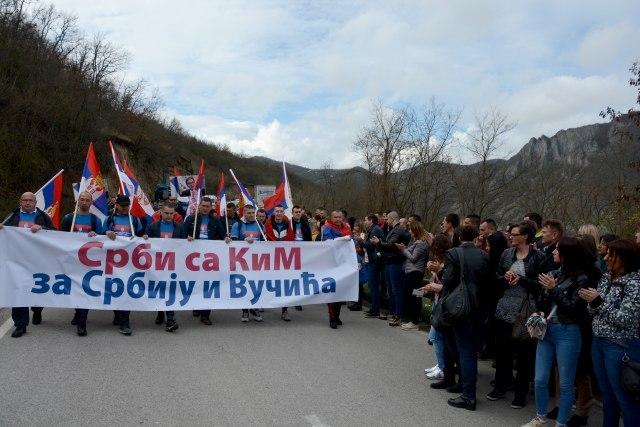 Srbi koji sa KiM idu peške za Beograd stigli u Stepojevac VIDEO