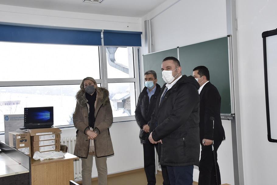 Kancelarija za KiM obezbedila informatičku opremu za školu