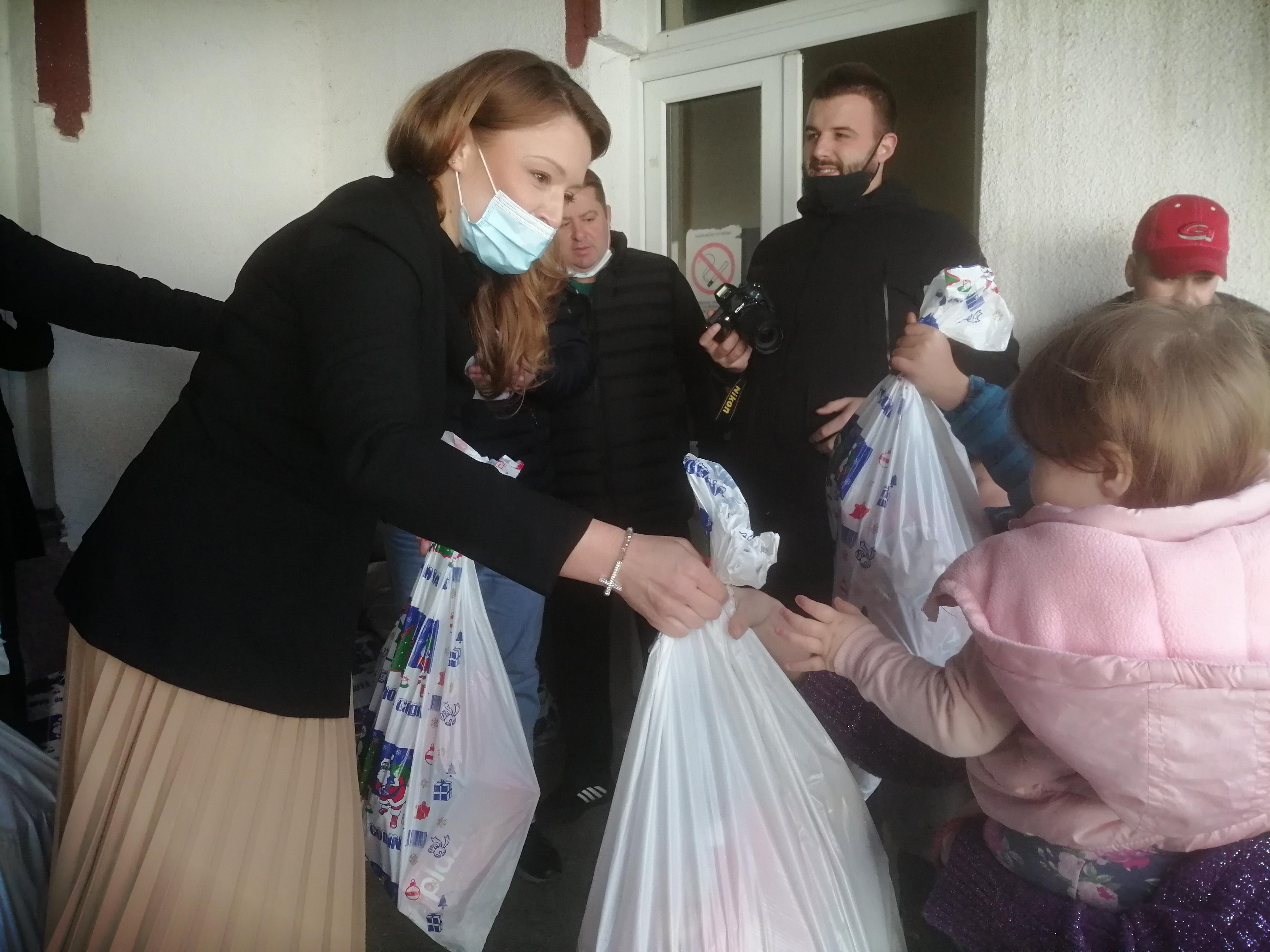 Podeljeni paketići deci u Velikoj Hoči