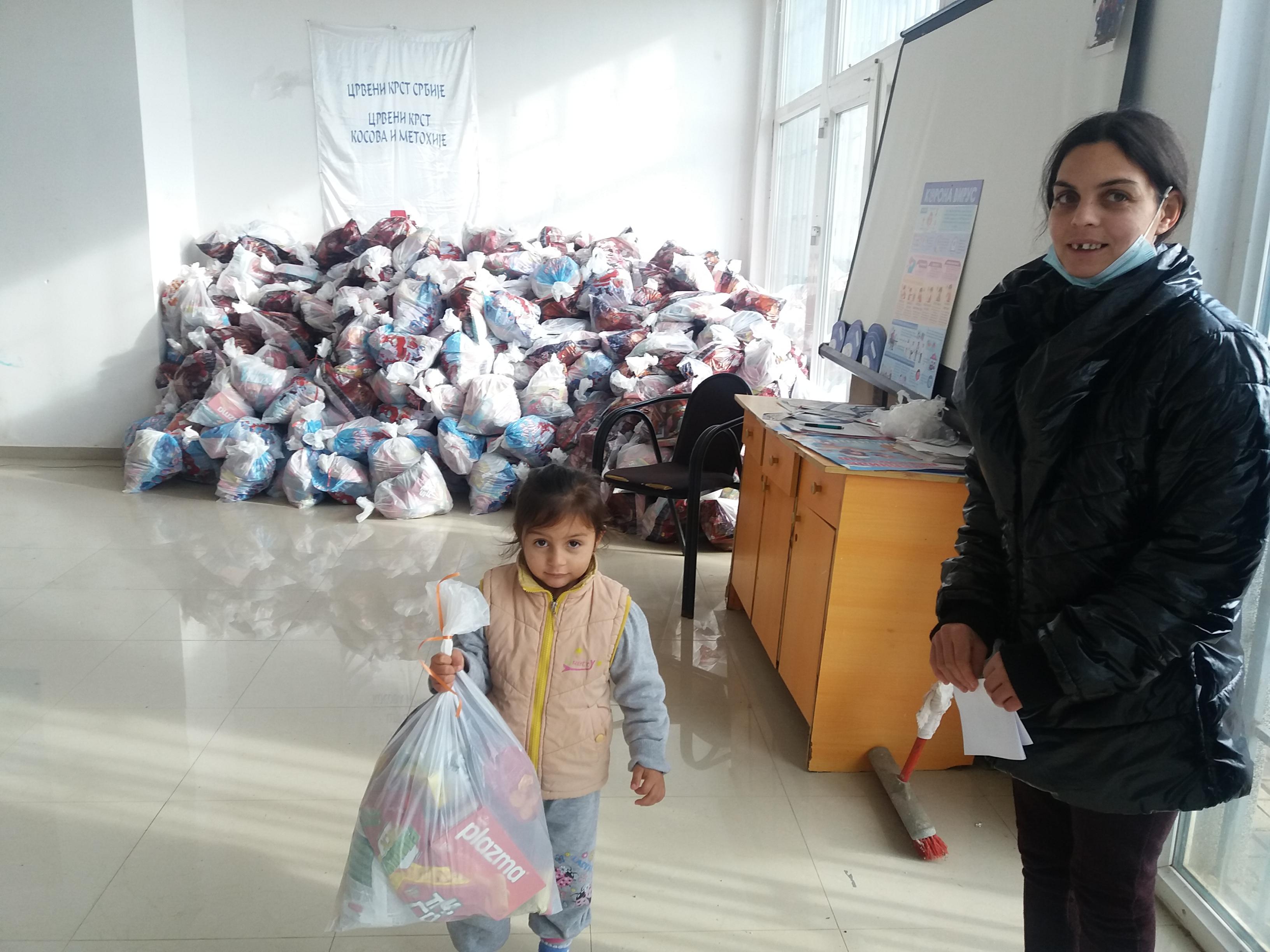 Paketiće za najmlađe stanovnike u Gračanici obezbedila Kancelarija za KiM (video)
