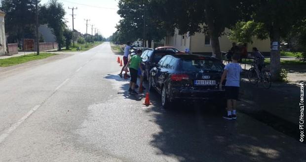 Fudbaleri iz Grabovaca peru automobile za pomoć narodnim kuhinjama na KiM
