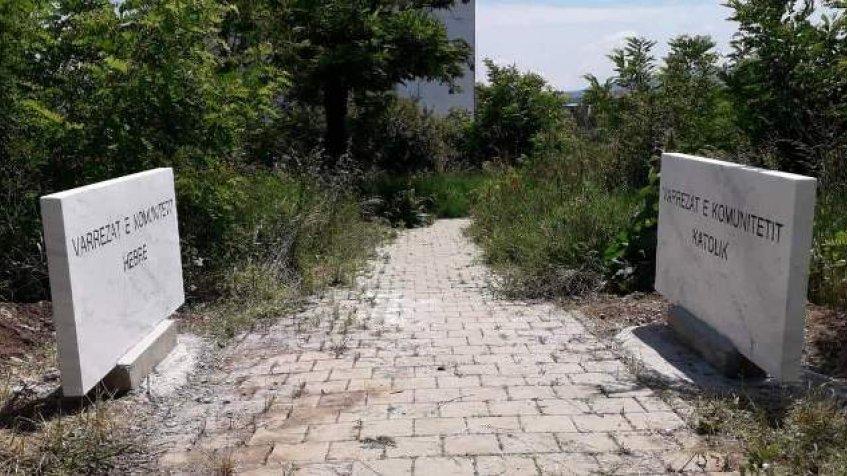 Ploče sa natpisima na albanskom jeziku na pravoslavnom groblju u Gnjilanu