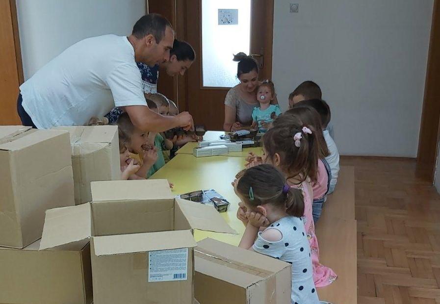 Vujičić i Marić obradovali decu na Kosovu i Metohiji poklon paketima konditorskih proizvoda