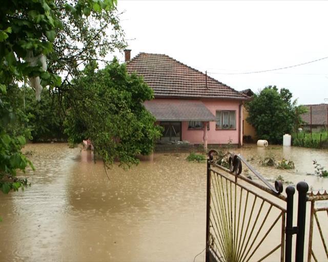 Voda se povlači sa poplavljenih područja, u Kraljevu i dalje kritično