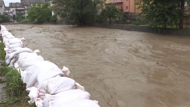 Vanredna situacija u 14 opština, poplavljeno na stotine kuća, srušeni mostovi, evakuacija...(foto, video)