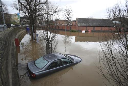 Izdata nova upozorenja zbog poplava u Velikoj Britaniji, jedna žena nestala