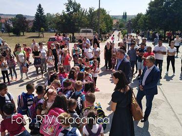 Popović i Karadžić obišli tri najveće škole na centralnom Kosmetu i podelili školski pribor prvacima