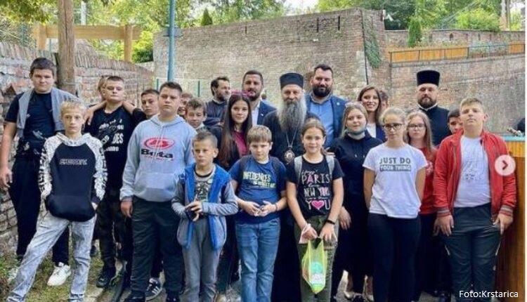 Patrijarh Porfirije sa decom iz Gline i banijskih sela