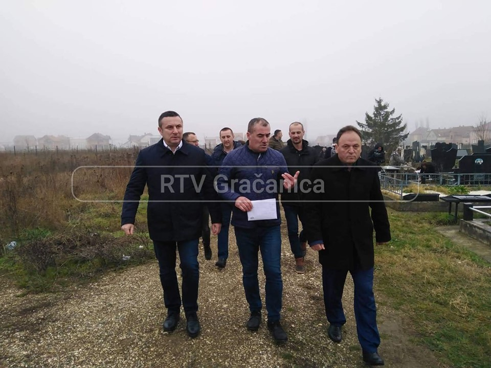 Gradonačelnik Gračanice obišao oskrnavljeno groblje u Lipljanu