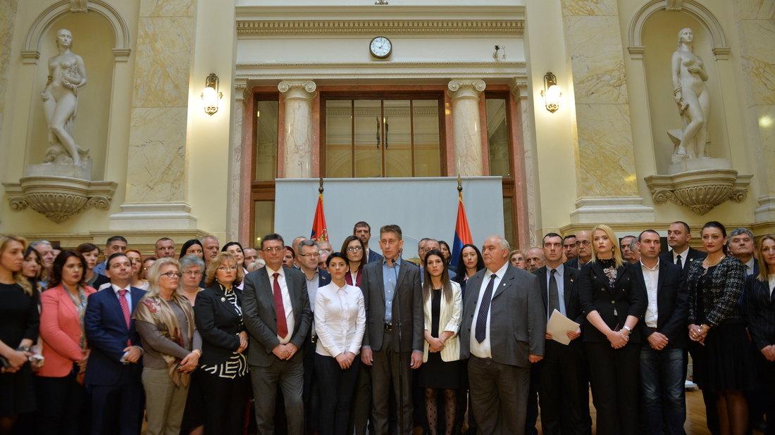 Poslanici vladajuće koalicije danonoćno u Skupštini