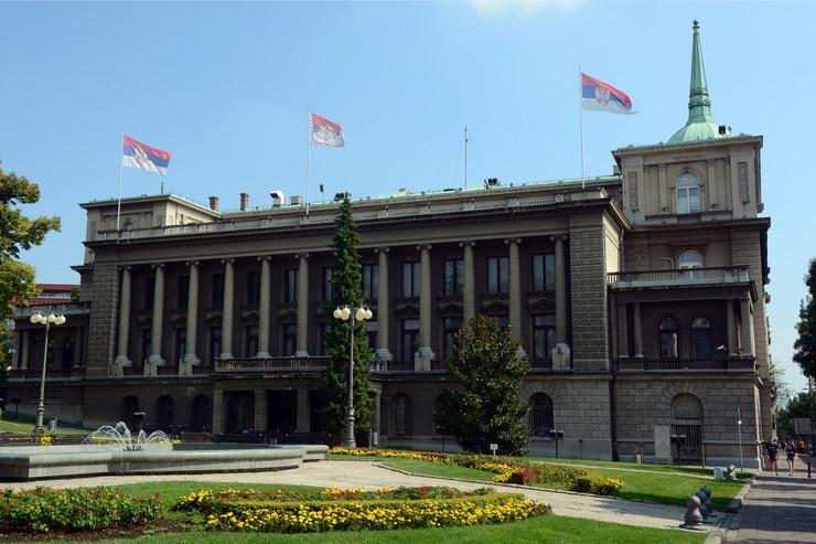 Vučić unosi badnjak u zgradu Predsedništva